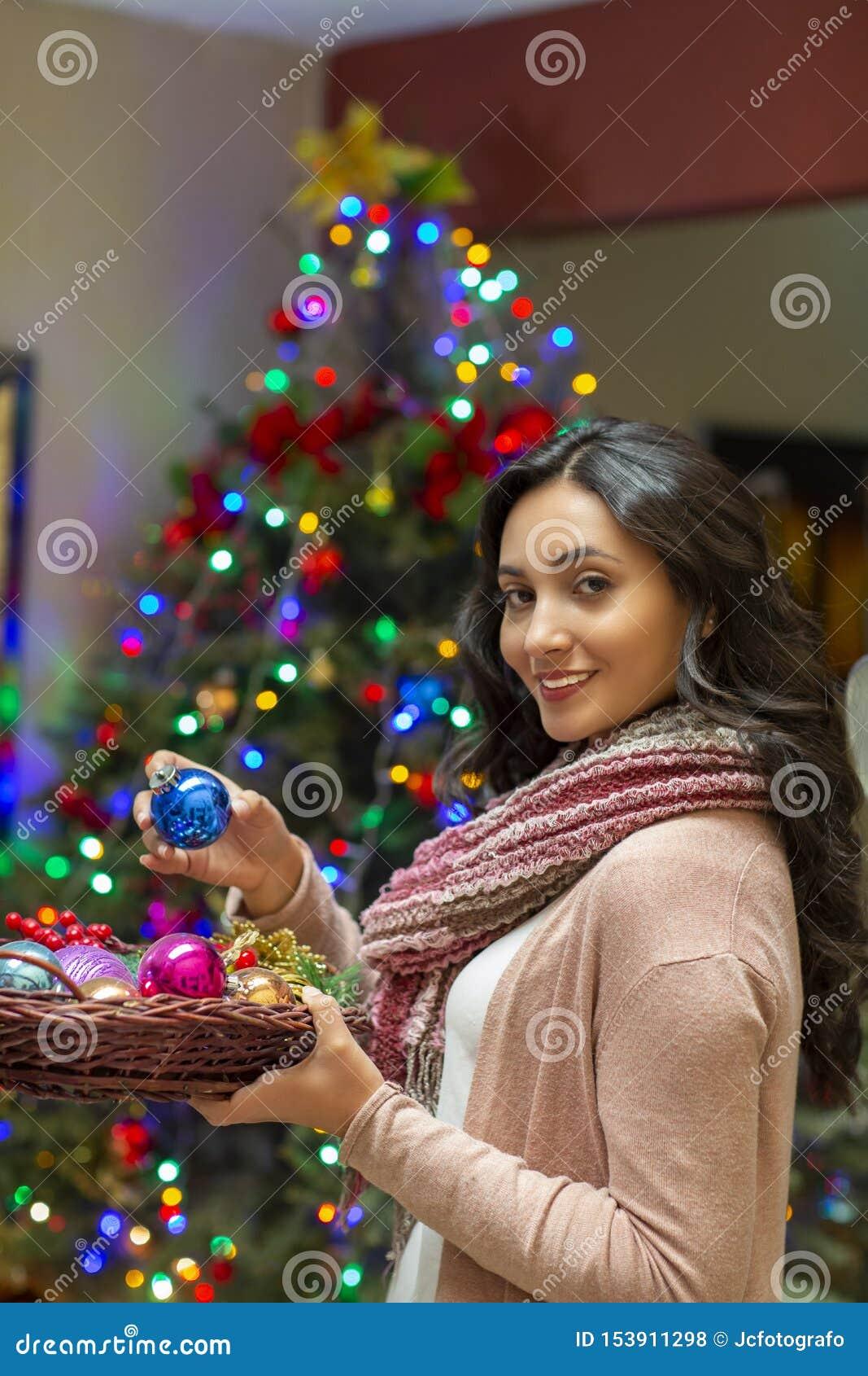 Femme avec l arbre de cadeau et de No?l ? l arri?re-plan