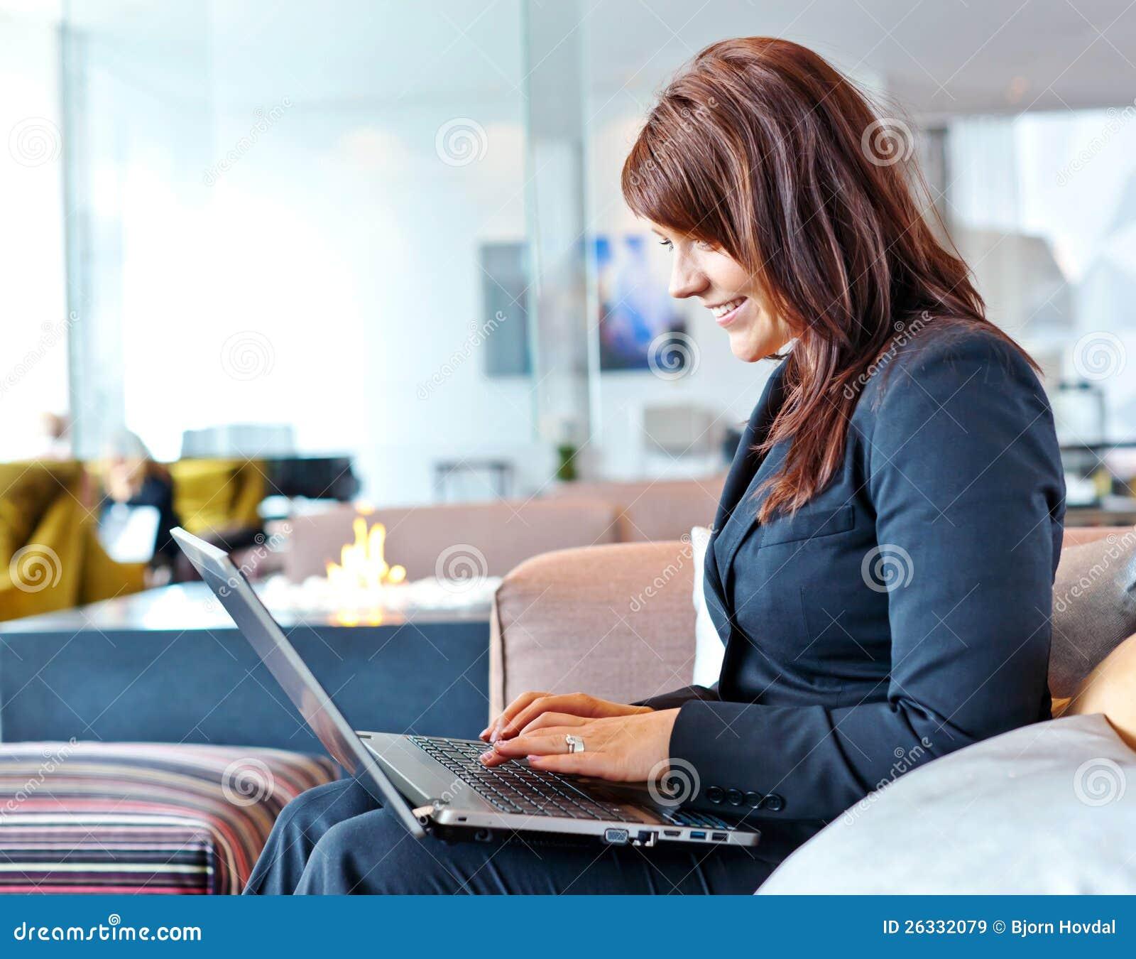Femme avec l ordinateur