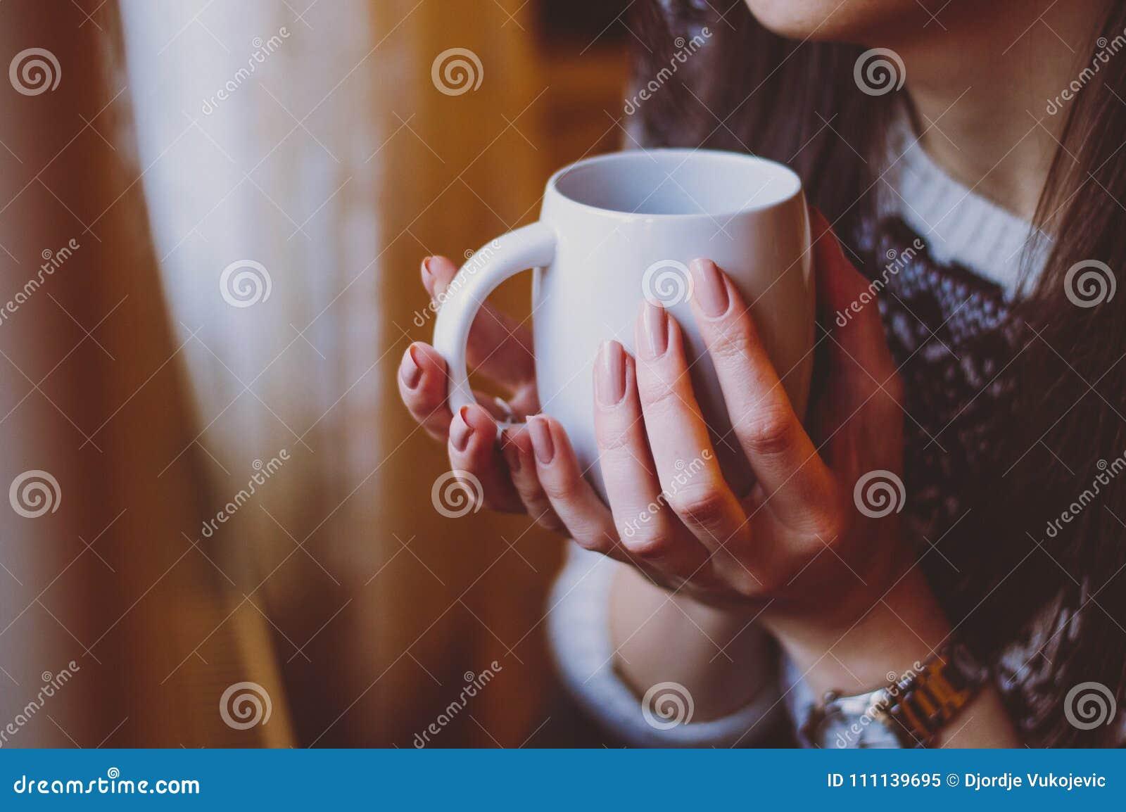 La Femme Le Morni Dans Avec Tenant Manucure Tasse Belle De Café 6gyfb7