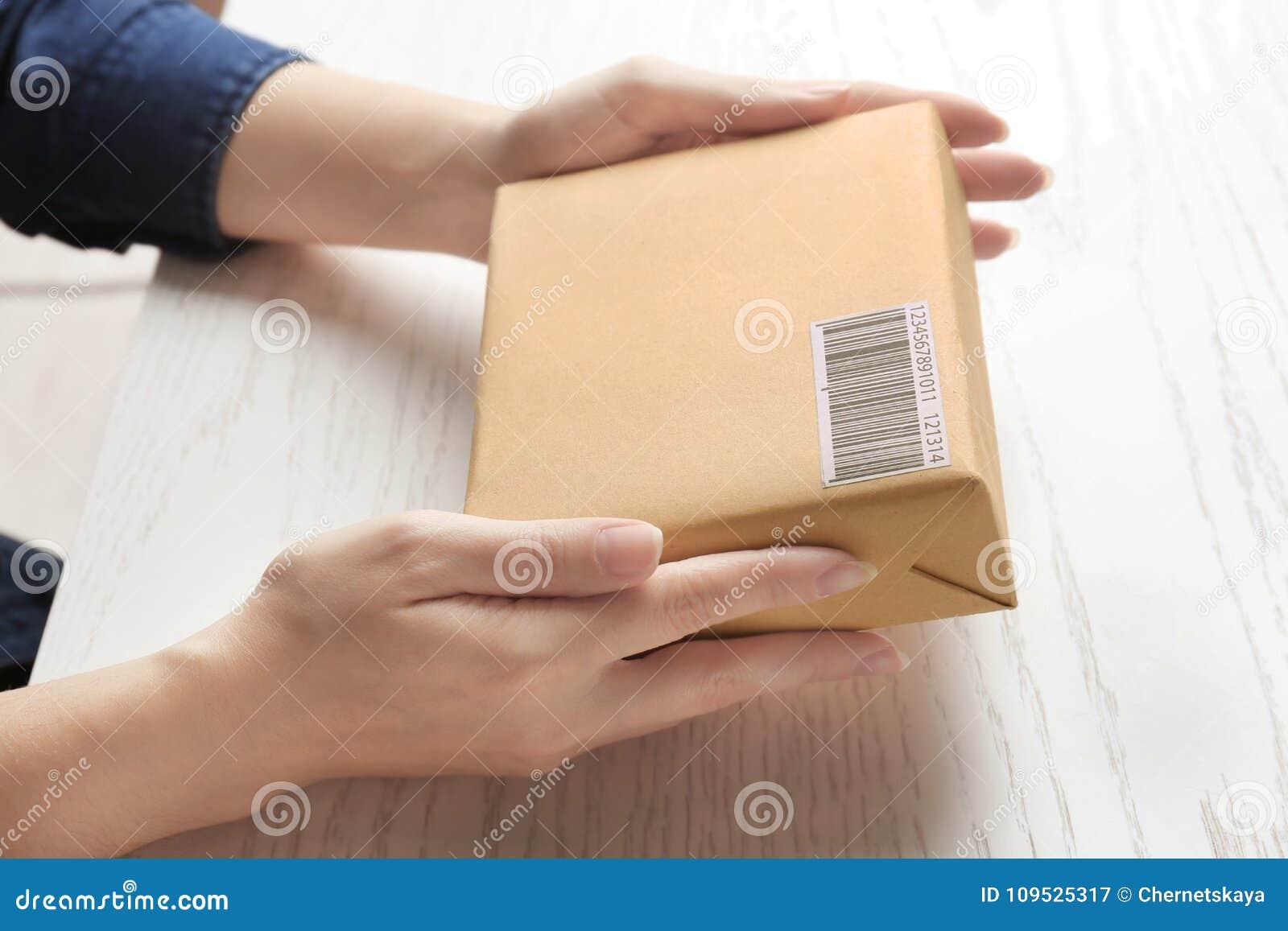 Femme avec la boîte de colis