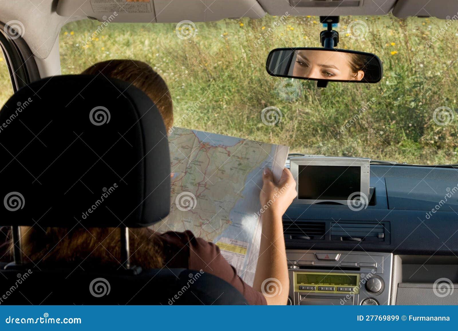 Femme avec la carte dans le véhicule.