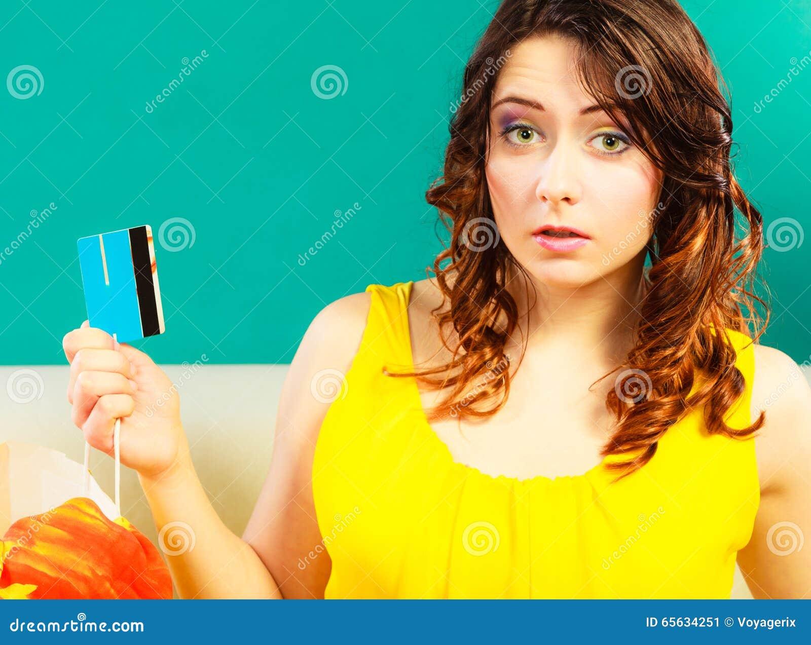 Femme avec la carte de crédit faisant des achats