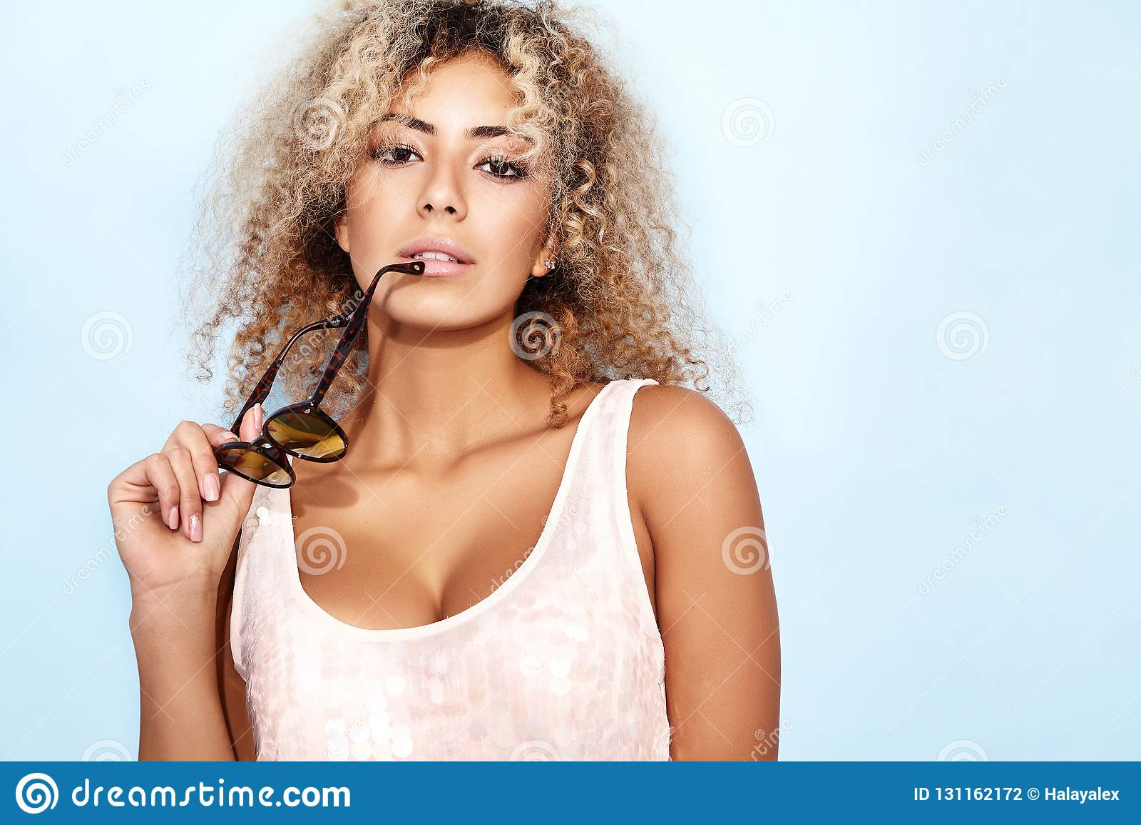 Femme Avec La Coiffure Africaine Blonde Dans Des Vetements A La Mode D Ete Photo Stock Image Du Dans Africaine 131162172