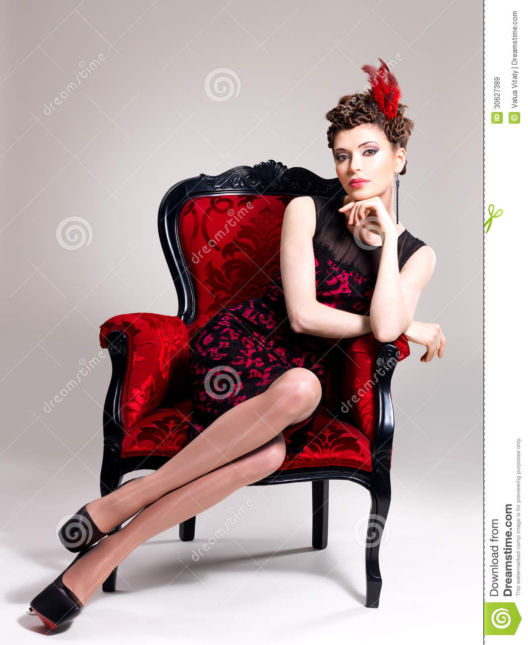 femme avec la coiffure de mode et le fauteuil rouge image stock image 30627389. Black Bedroom Furniture Sets. Home Design Ideas