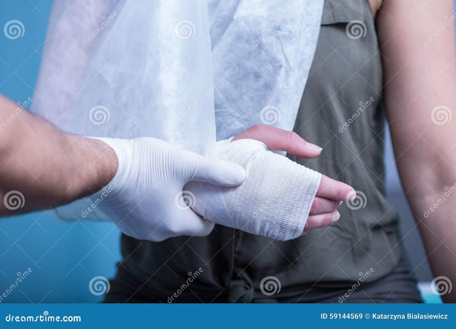 Femme avec la main bandée