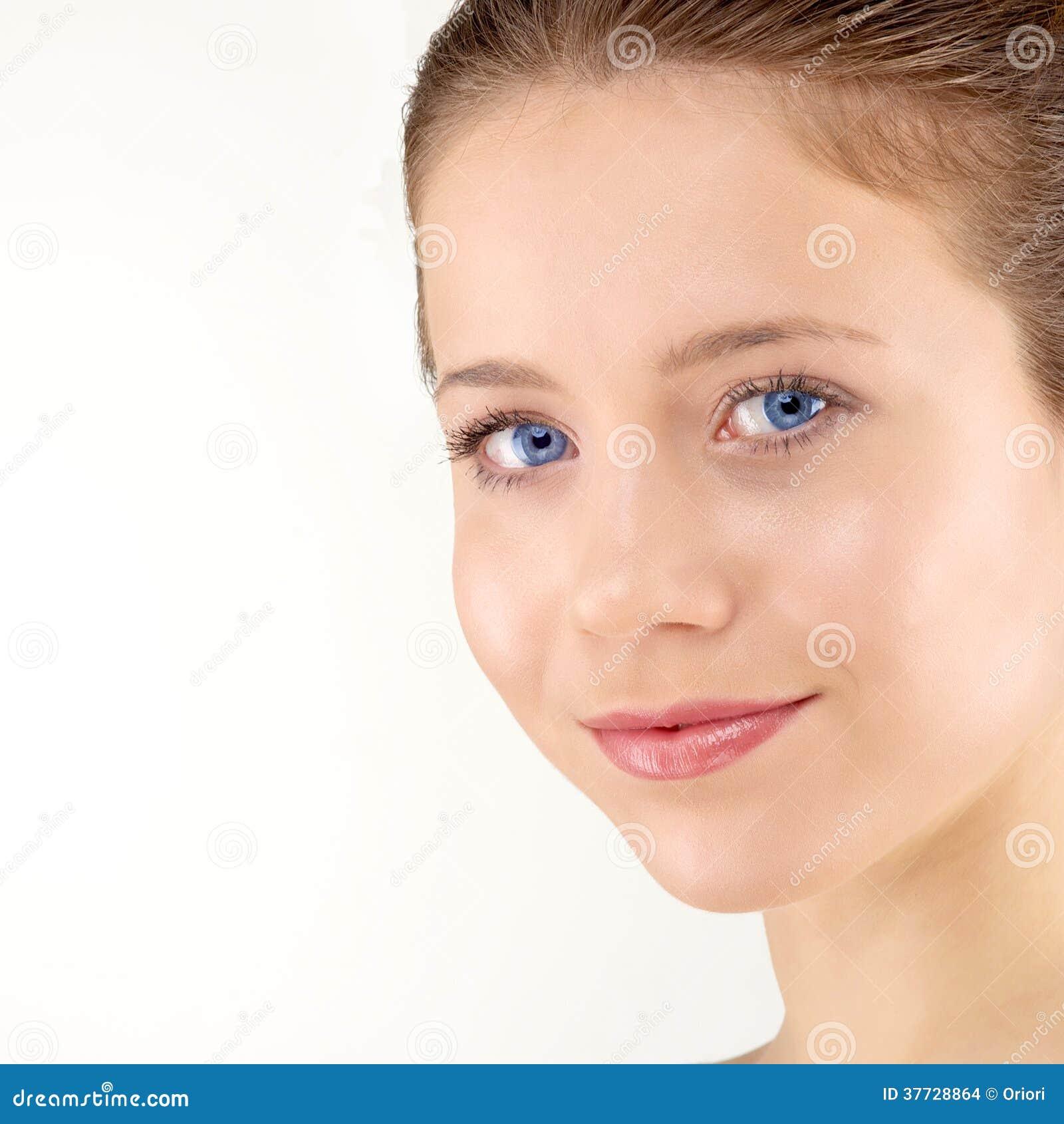 Femme avec la peau fraîche propre