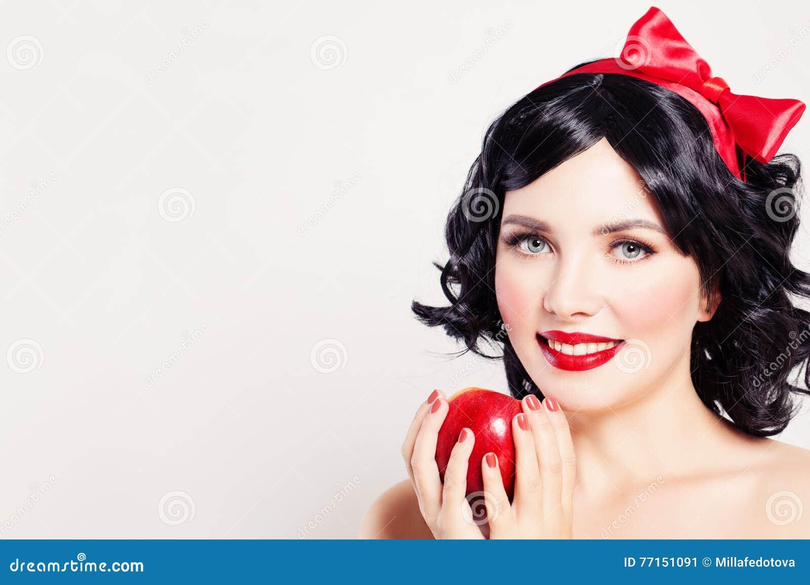 Femme avec la pomme rouge