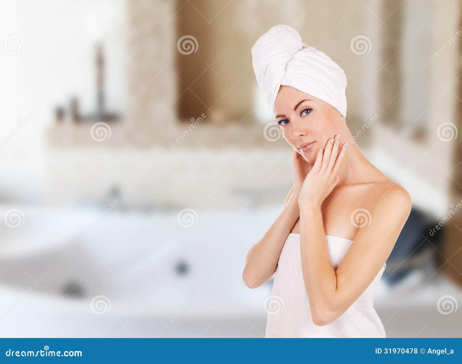 Femme avec la serviette dans la salle de bains avec le for Salle de bain avec jacuzzi