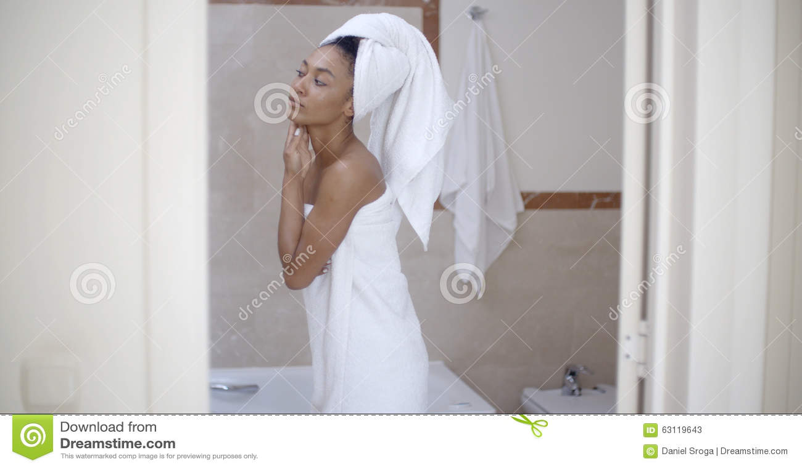 Femme avec la serviette sur la t te dans la salle de bains photo stock image 63119643 for Comfemme nue dans la salle de bain