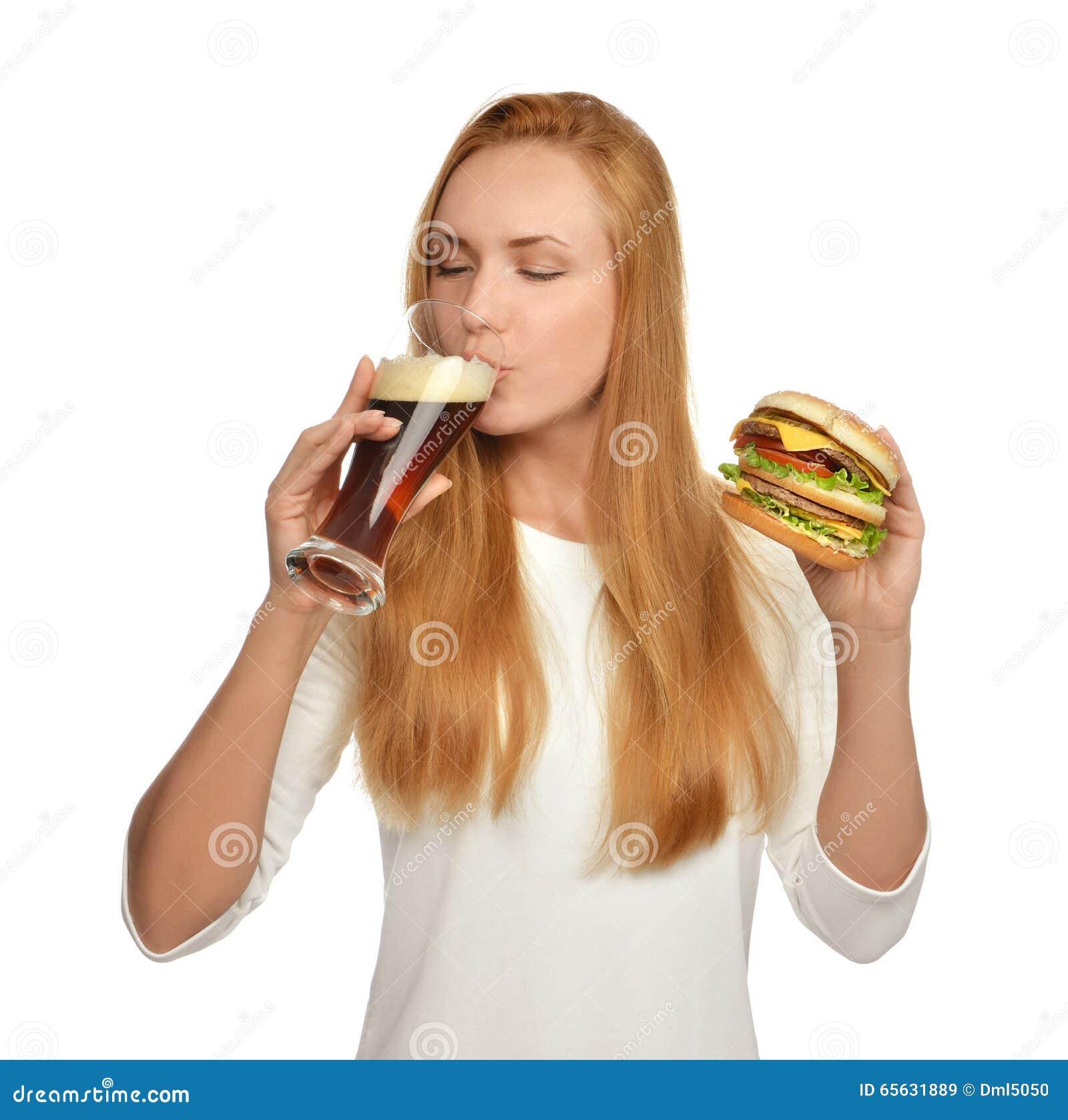Femme avec la tasse de bière foncée et l hamburger de sandwich à hamburger