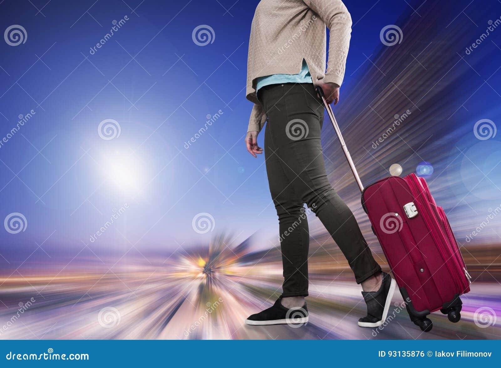 Femme avec la valise attendant des avions