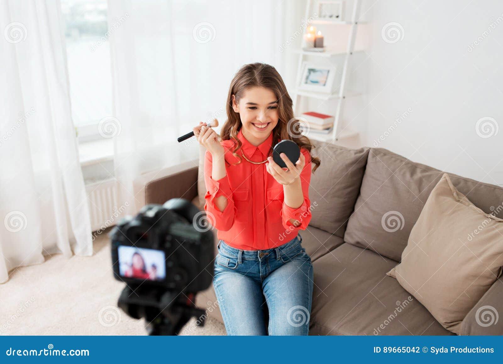 Femme avec la vidéo d enregistrement de bronzer et d appareil-photo