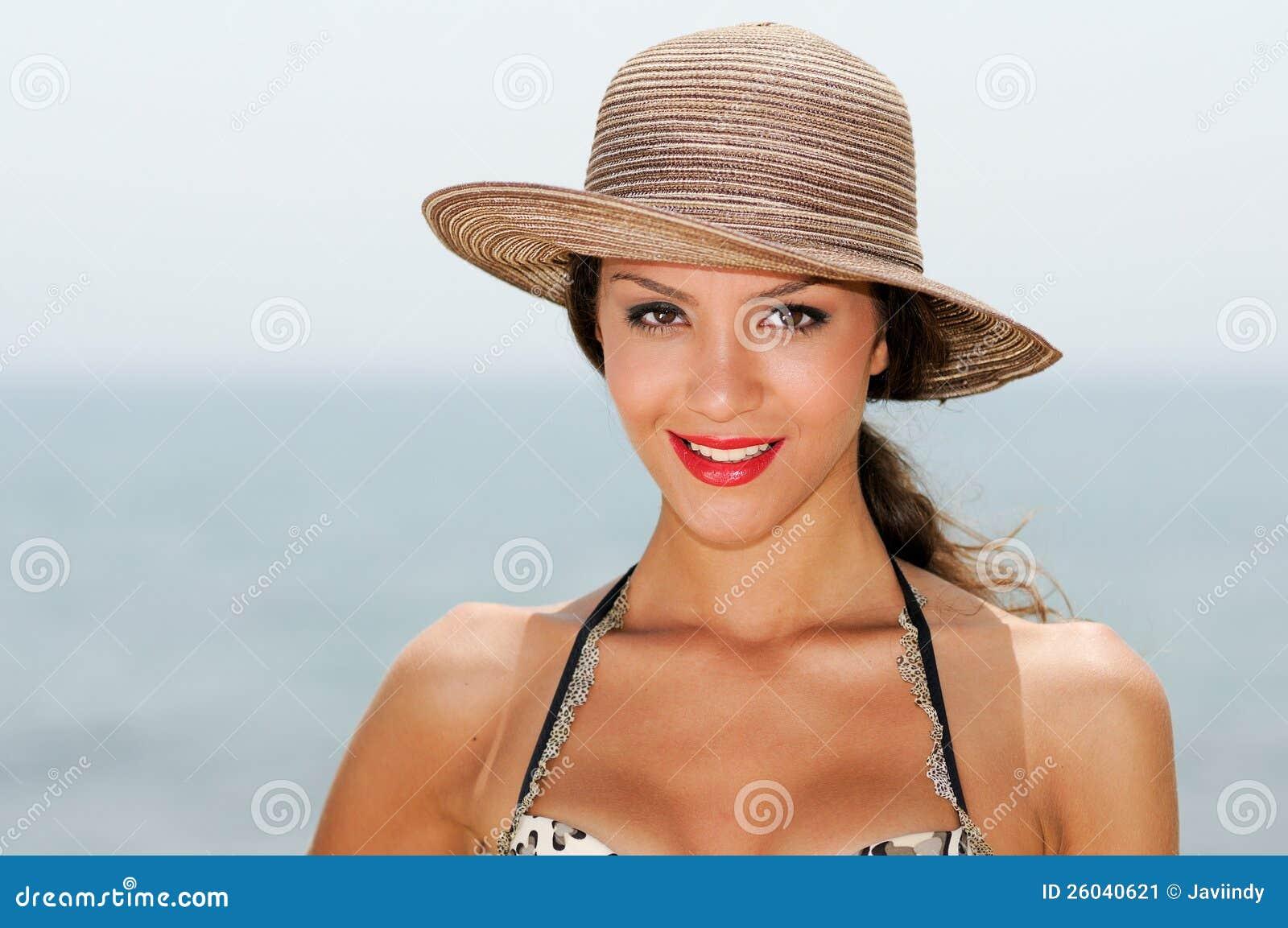 femme avec le beau chapeau sur une plage tropicale image stock image du fille bikini 26040621. Black Bedroom Furniture Sets. Home Design Ideas