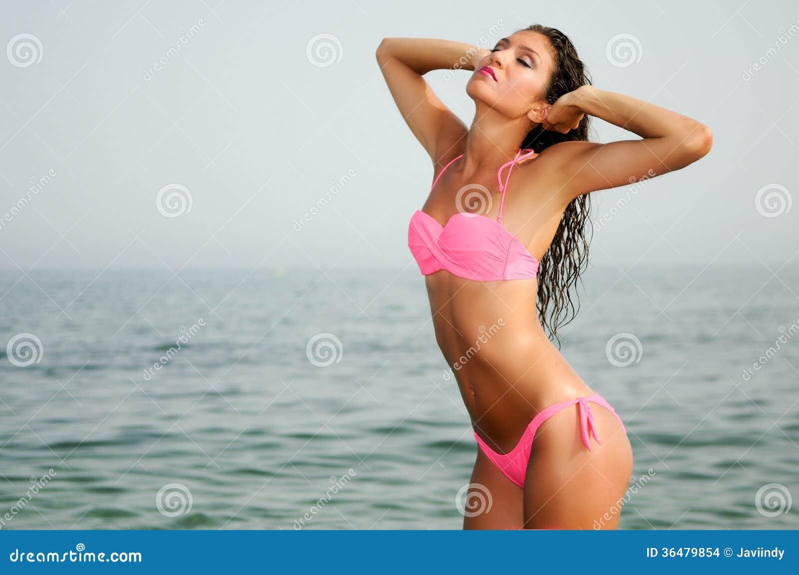 Femme avec le beau corps sur une plage tropicale photo stock image 36479854 - Sortie de plage femme ...