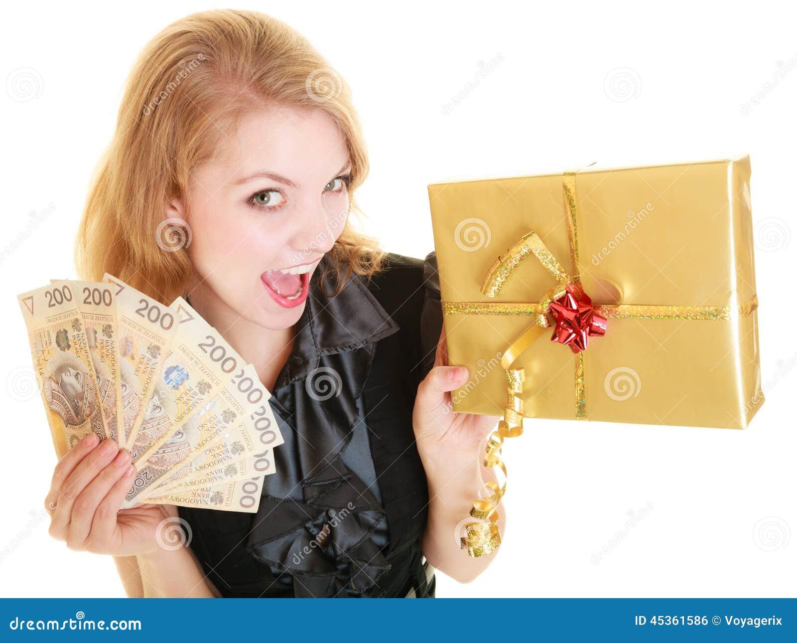 Femme avec le billet de banque de boîte-cadeau et d argent de poli