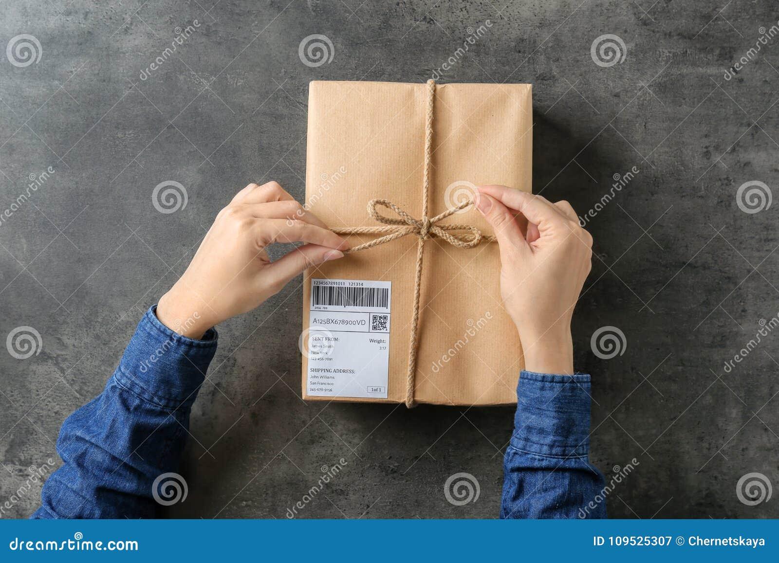 Femme avec le boîte-cadeau de colis
