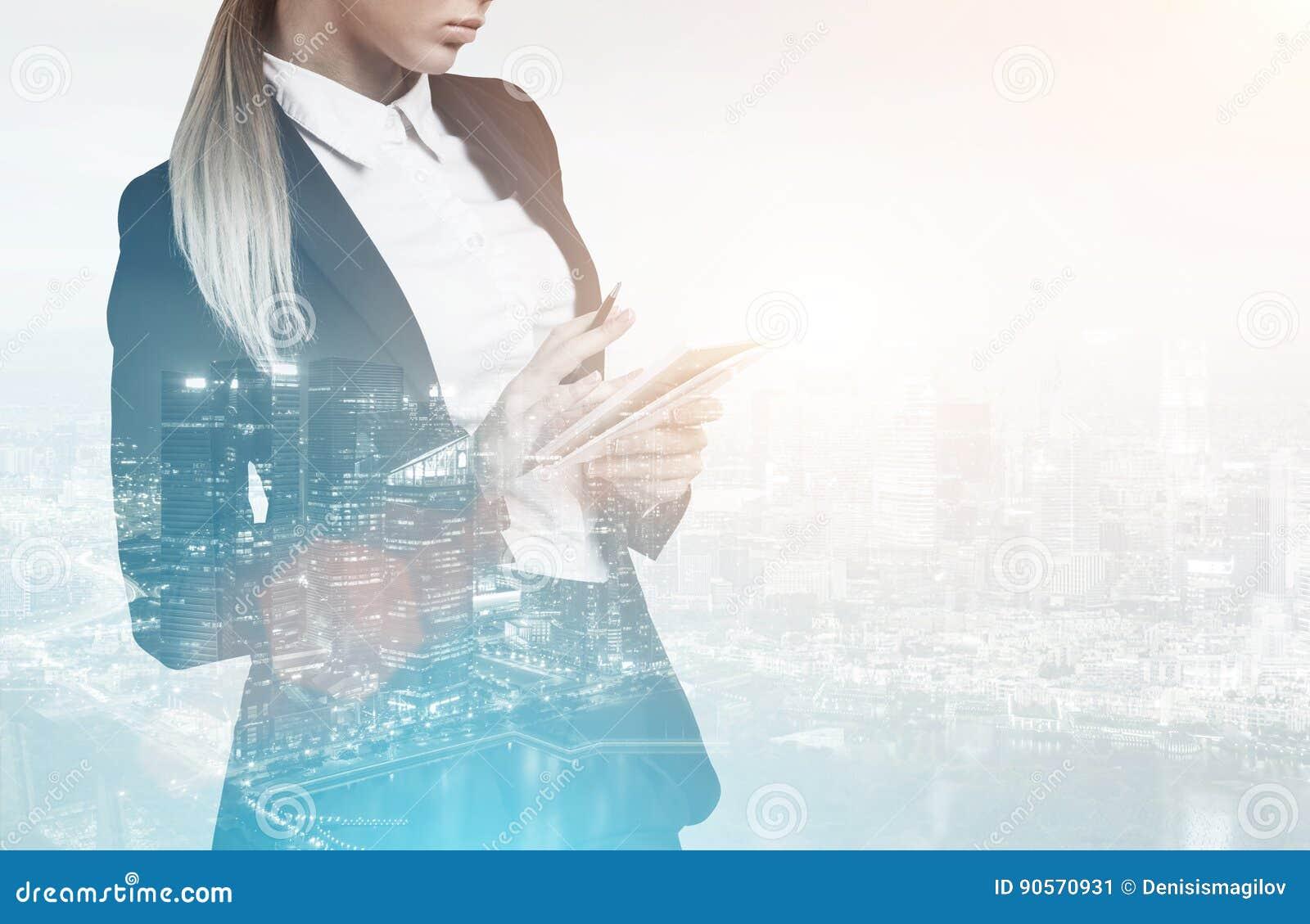 Femme avec le carnet dans la ville bleue