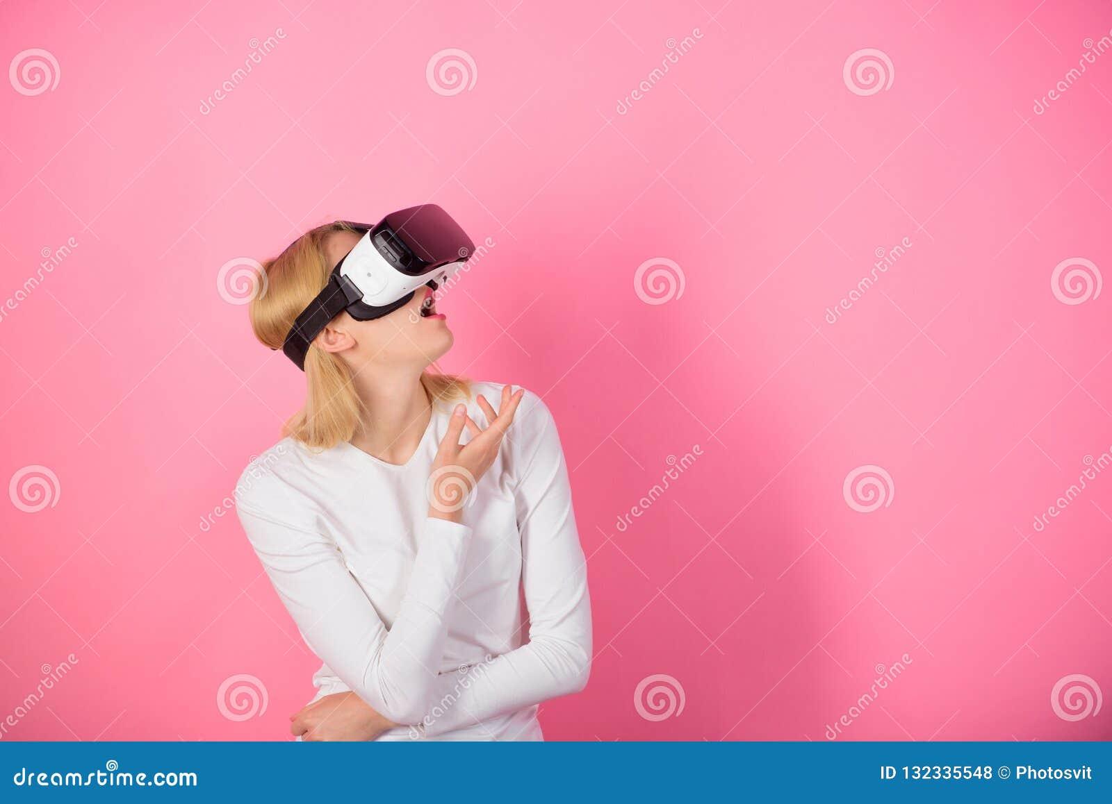 Femme avec le casque de réalité virtuelle Jeune femme à l aide d un casque de réalité virtuelle Jeune femme drôle avec VR gibiers