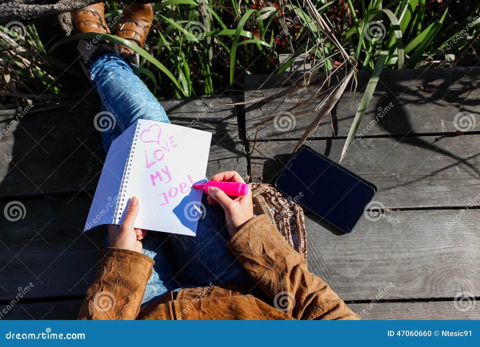 Femme avec le comprimé numérique et notes en nature - aimez mon travail