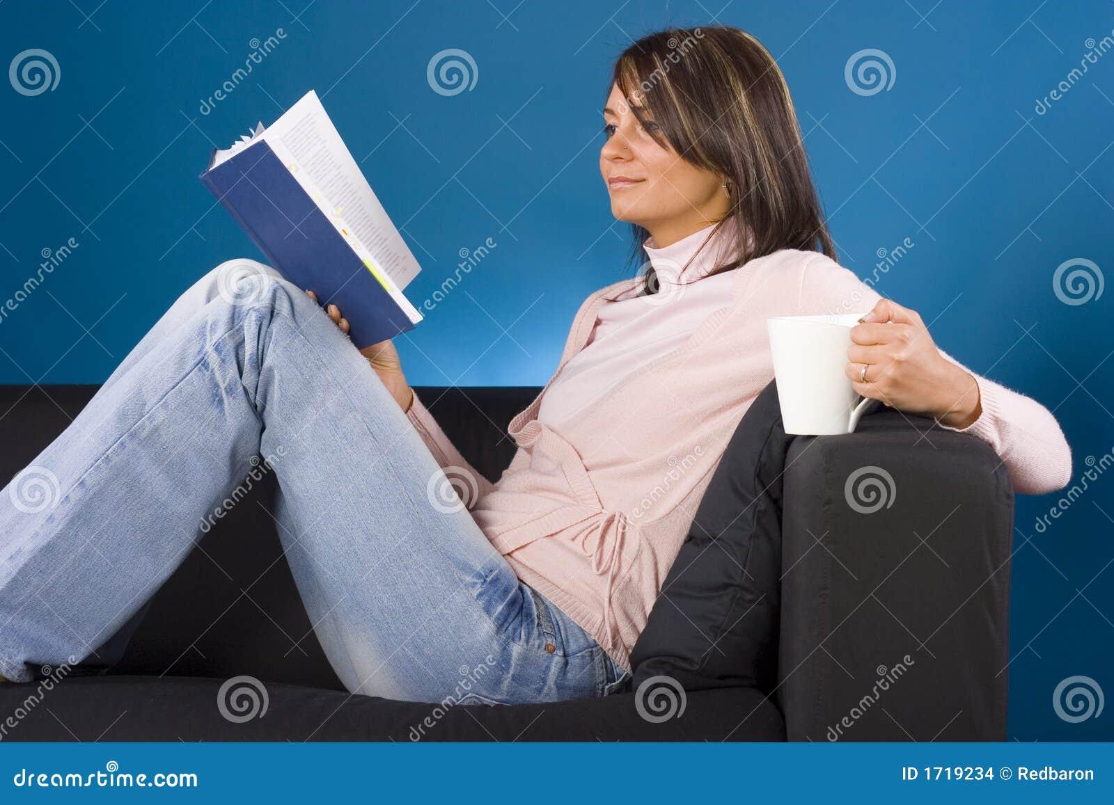 Femme avec le livre