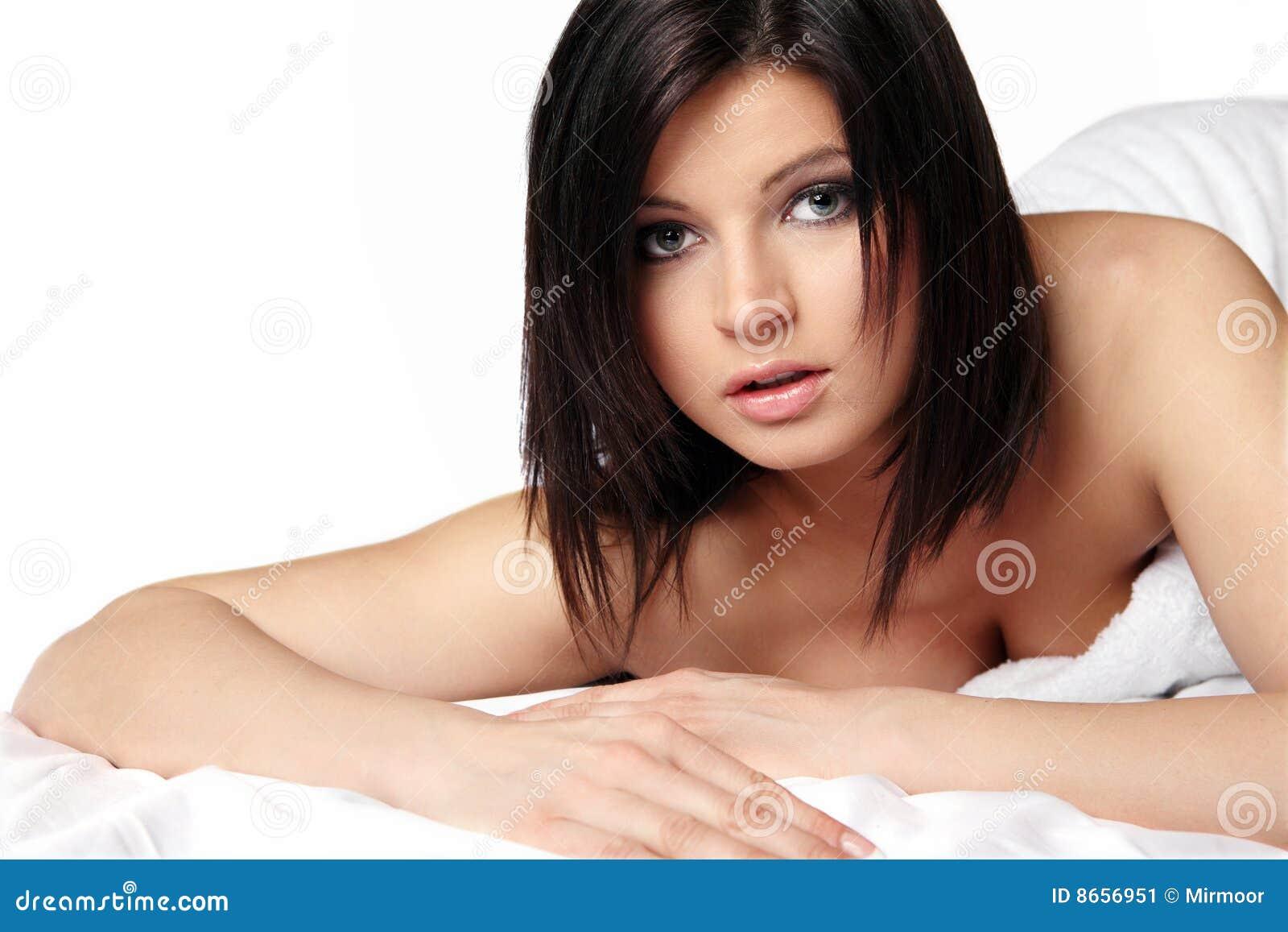 Femme avec le long cheveu noir.