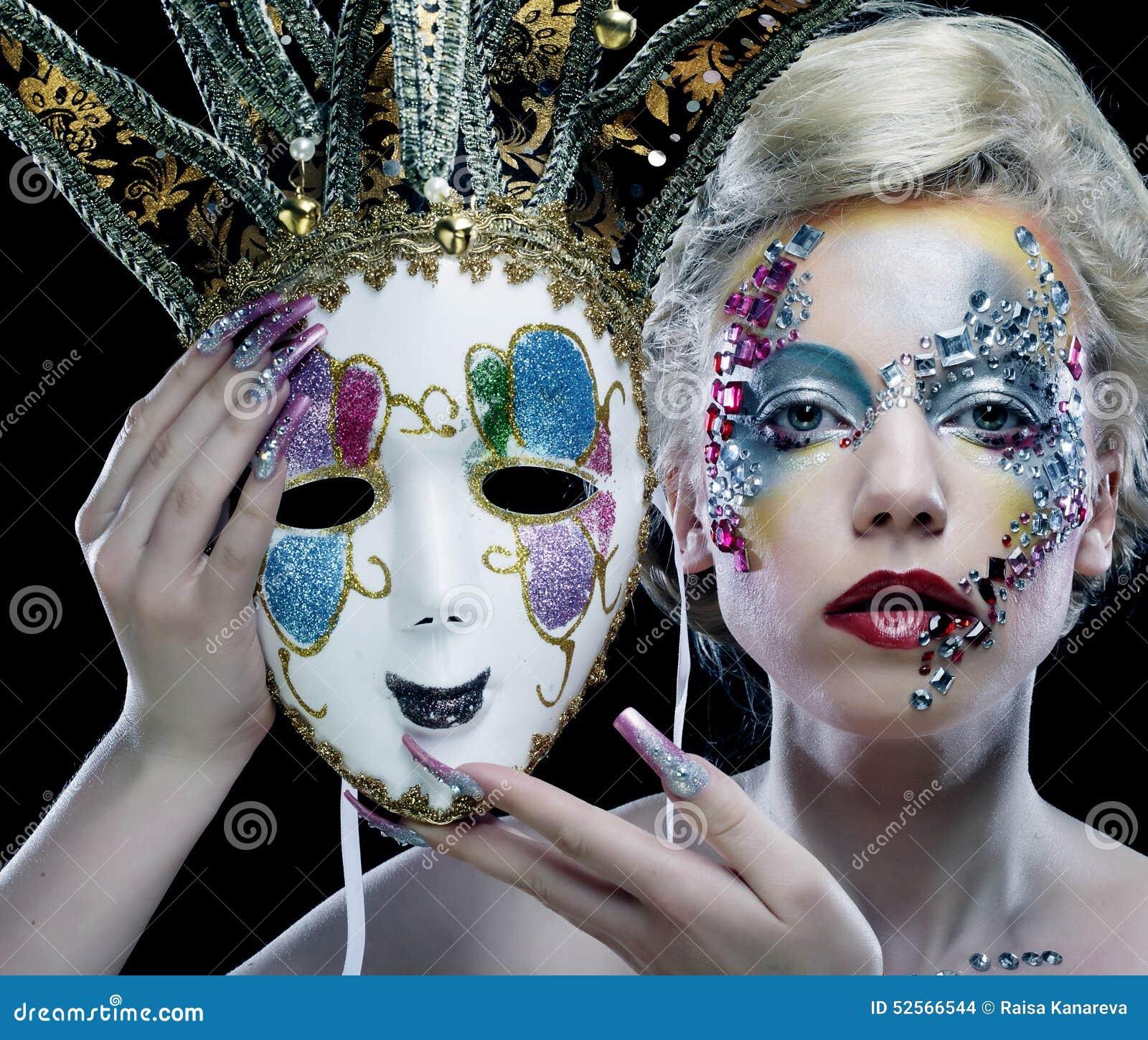 femme avec le maquillage artistique tenant le masque photo stock image 52566544. Black Bedroom Furniture Sets. Home Design Ideas