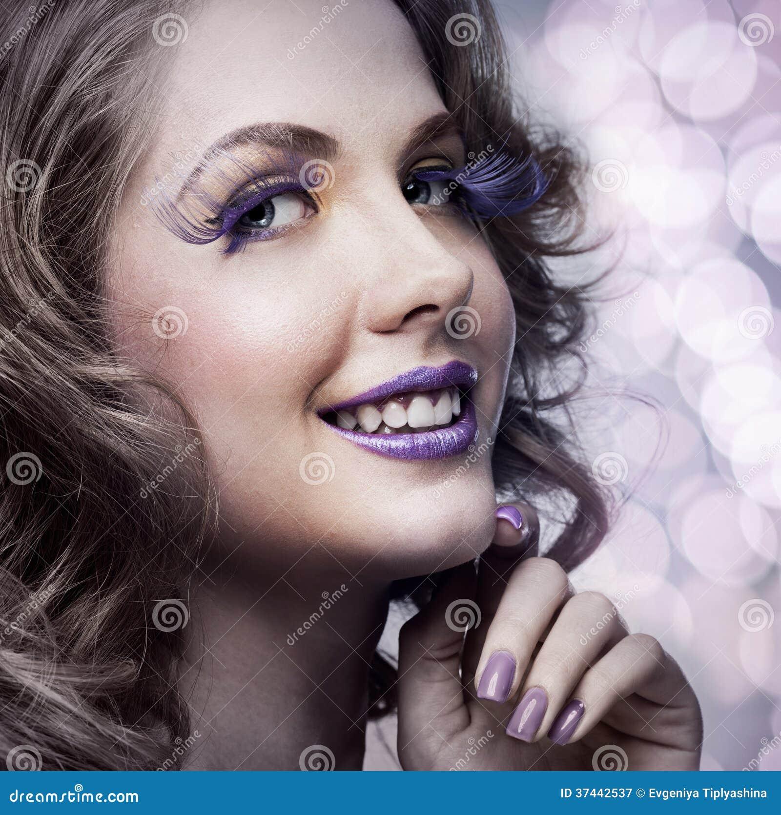 Femme avec le maquillage lumineux