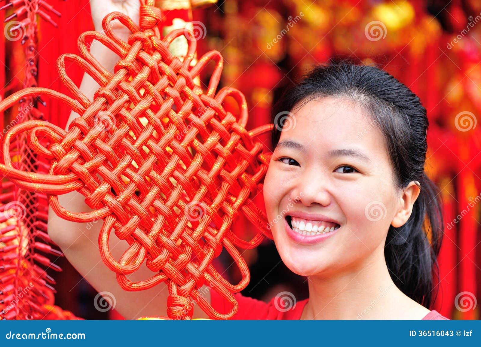 Femme avec le noeud chinois