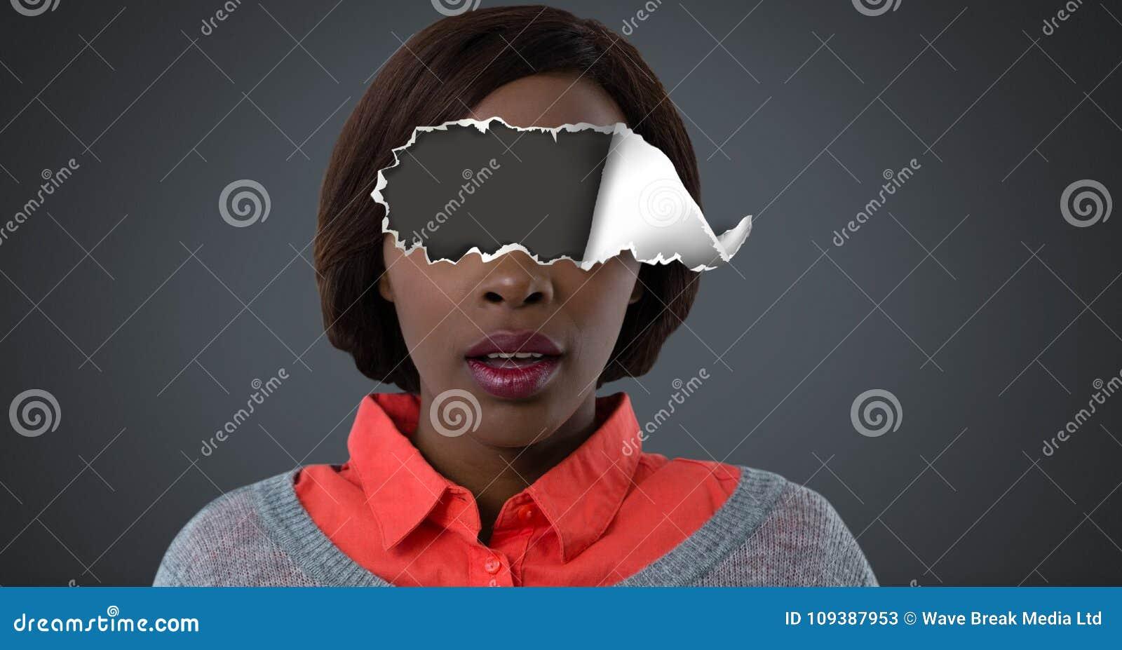 Femme avec le papier déchiré sur des yeux