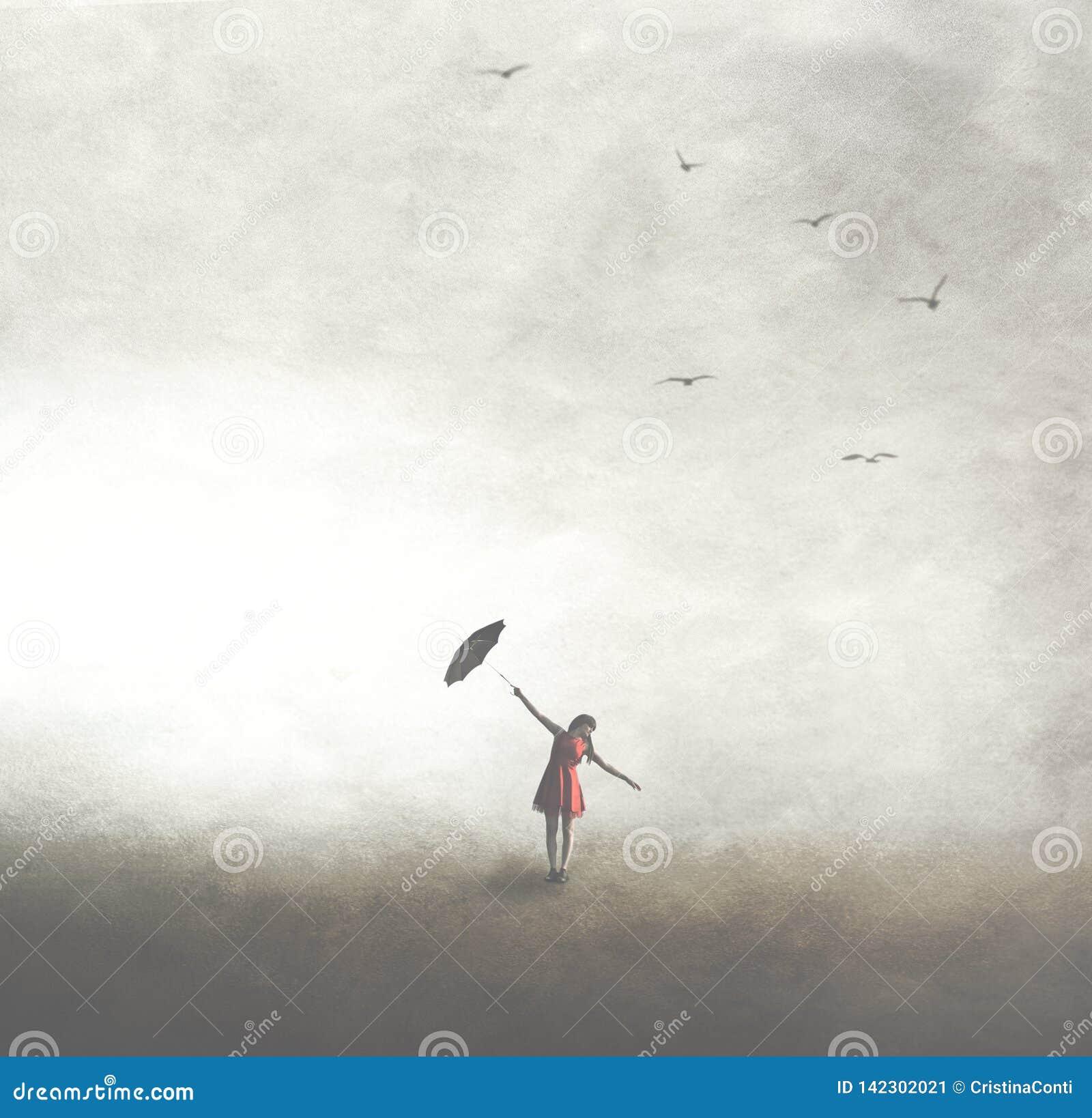 Femme avec le parapluie noir marchant librement dans l extérieur