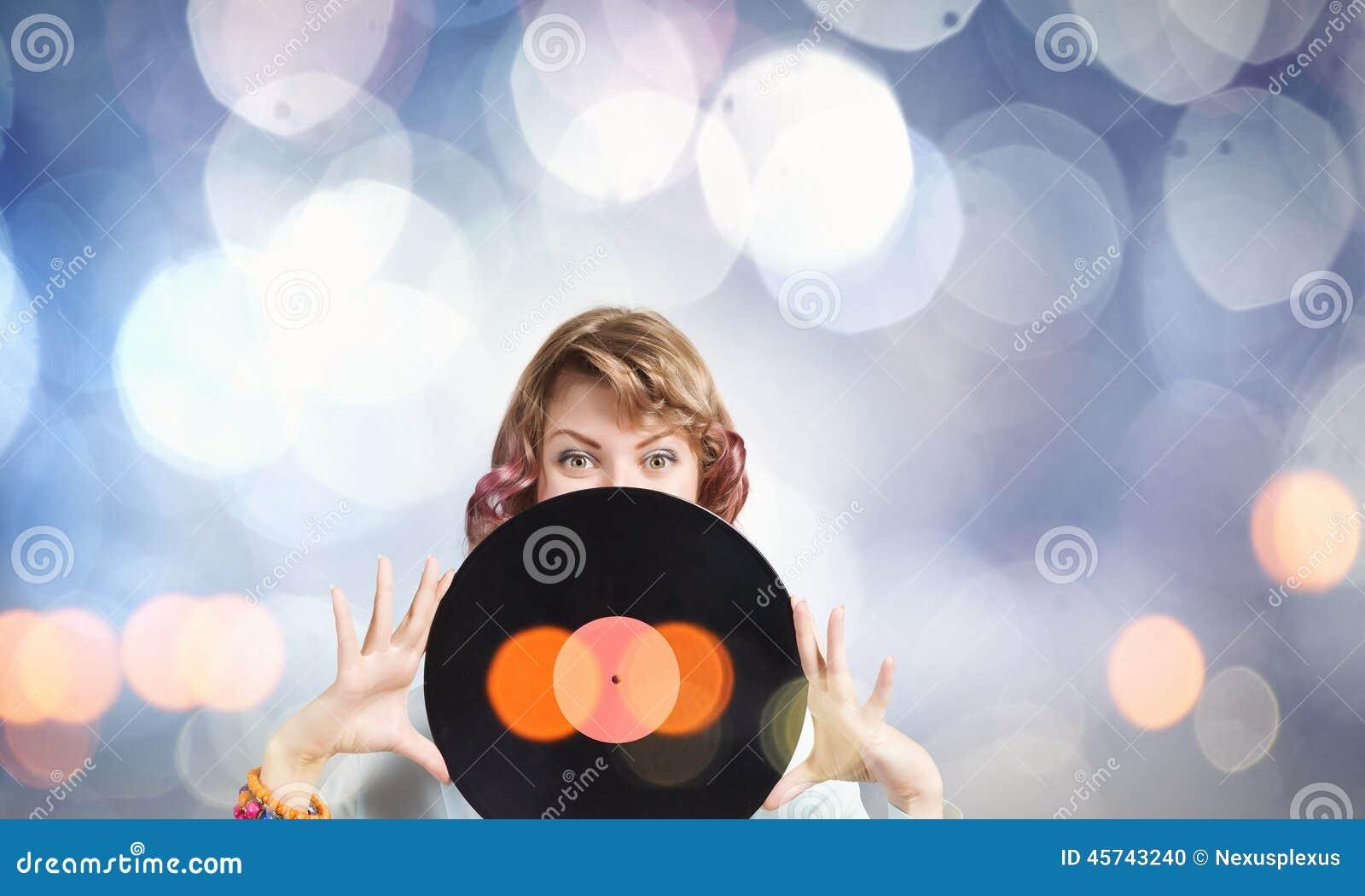 Femme avec le plat de disco