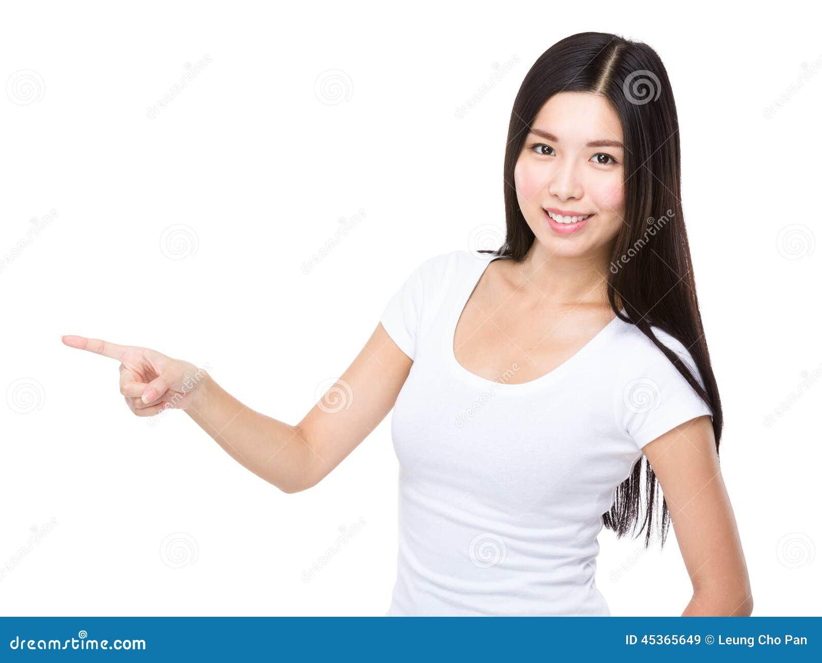Femme avec le point de doigt de côté