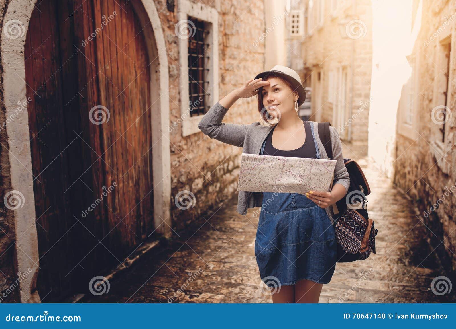 Coucher Du Femme Carte Sac La Dans Le À Avec Vieille Dos Et Au Ville xqqFnBfw
