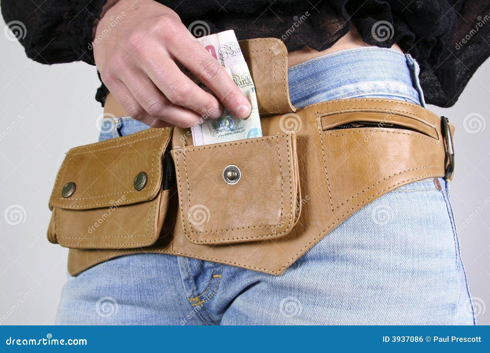 Femme avec le sac de courroie d argent