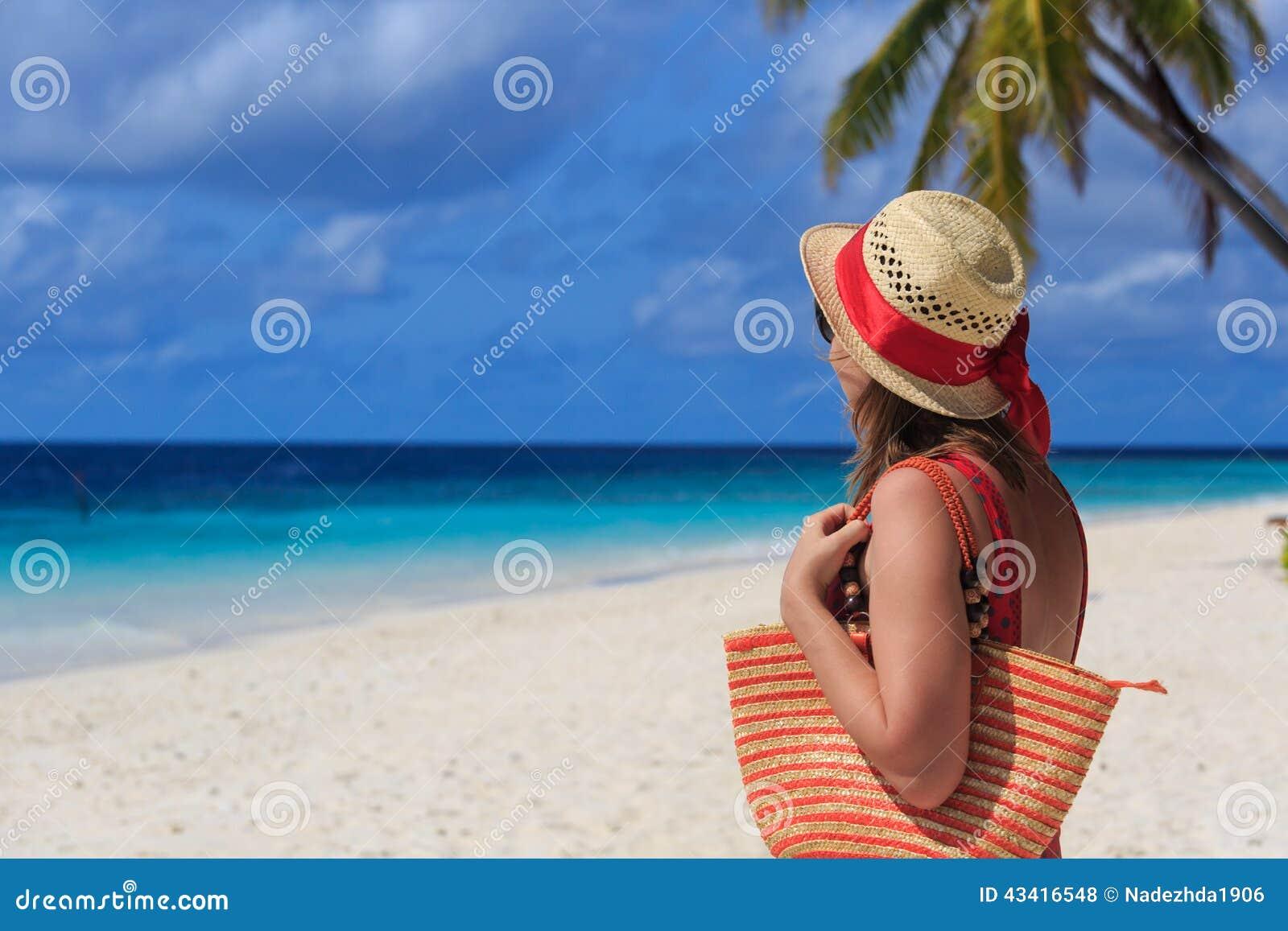 Femme avec le sac de plage la mer photo stock image 43416548 - Sortie de plage femme ...