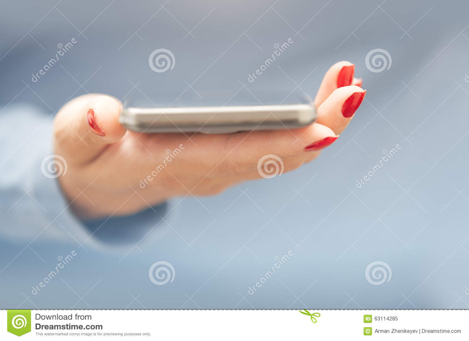 Femme avec le smartphone