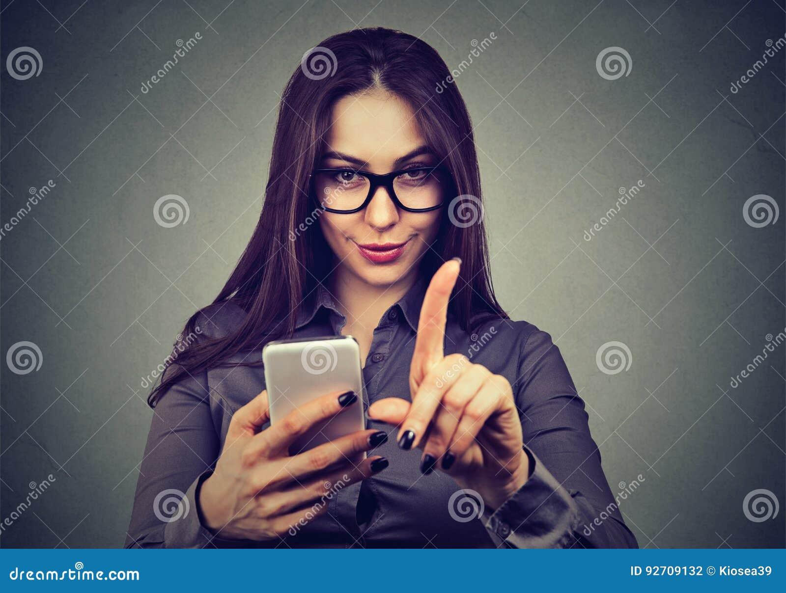 Femme avec le smartphone ne montrant aucune attention avec le geste de doigt Concept de contrôle parental
