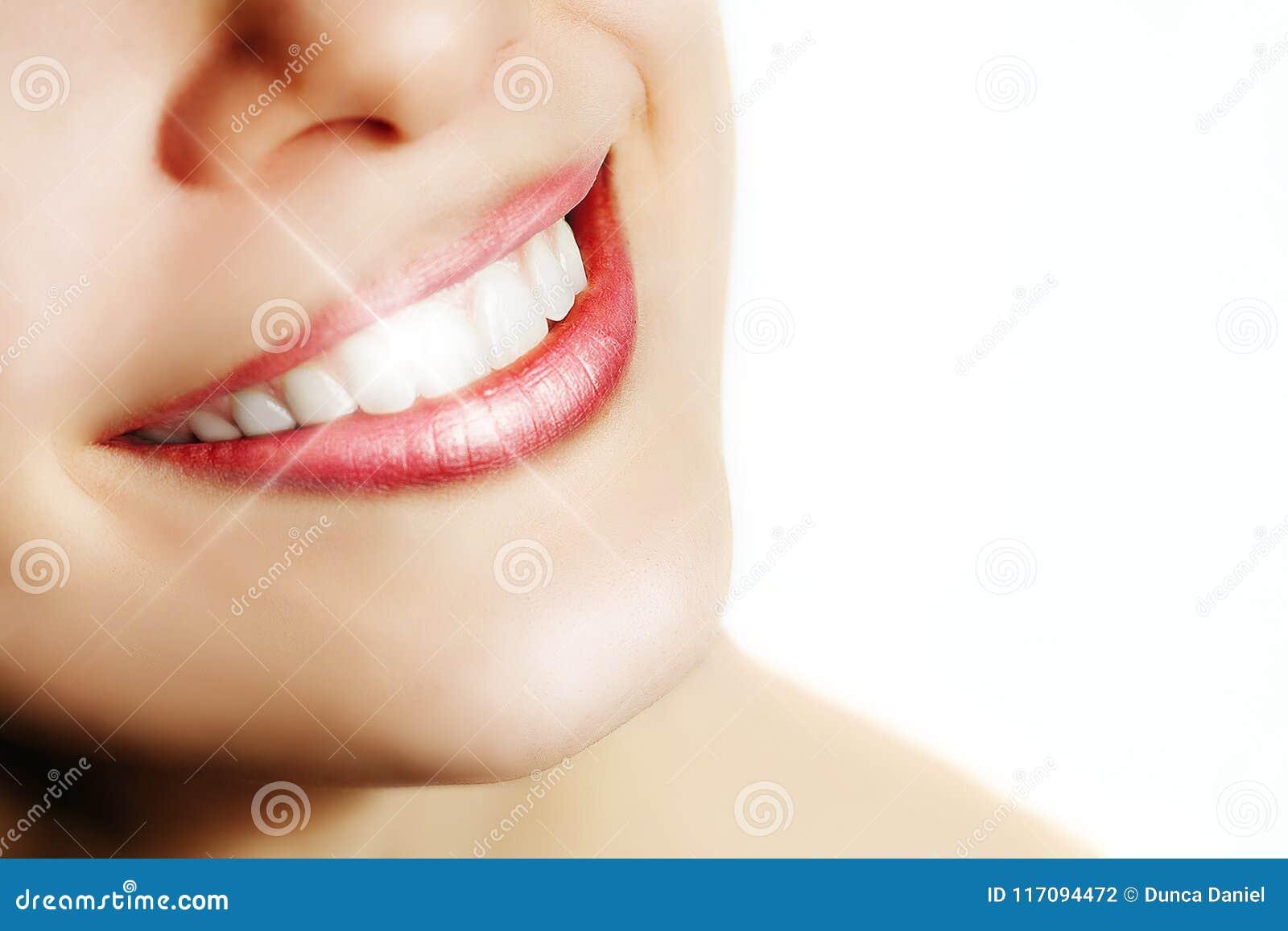 Femme avec le sourire parfait et les dents blanches