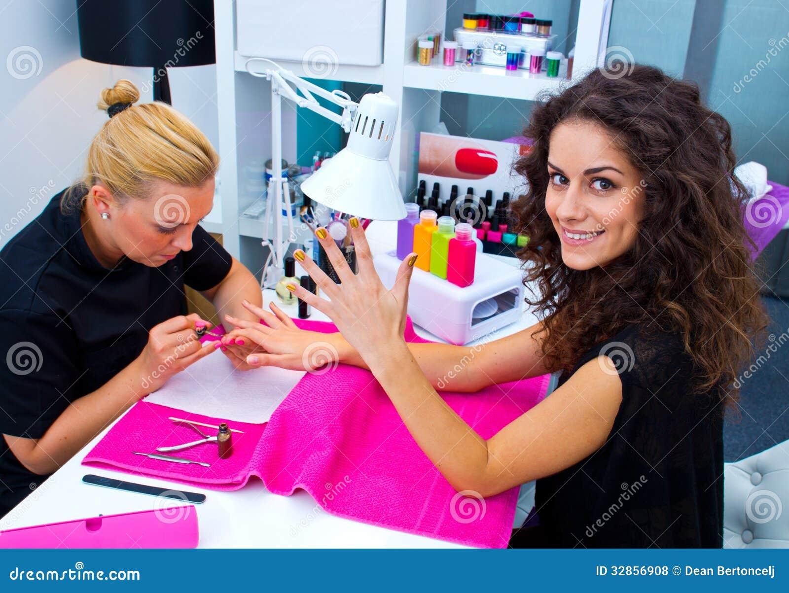 Femme avec le styliste sur la manucure