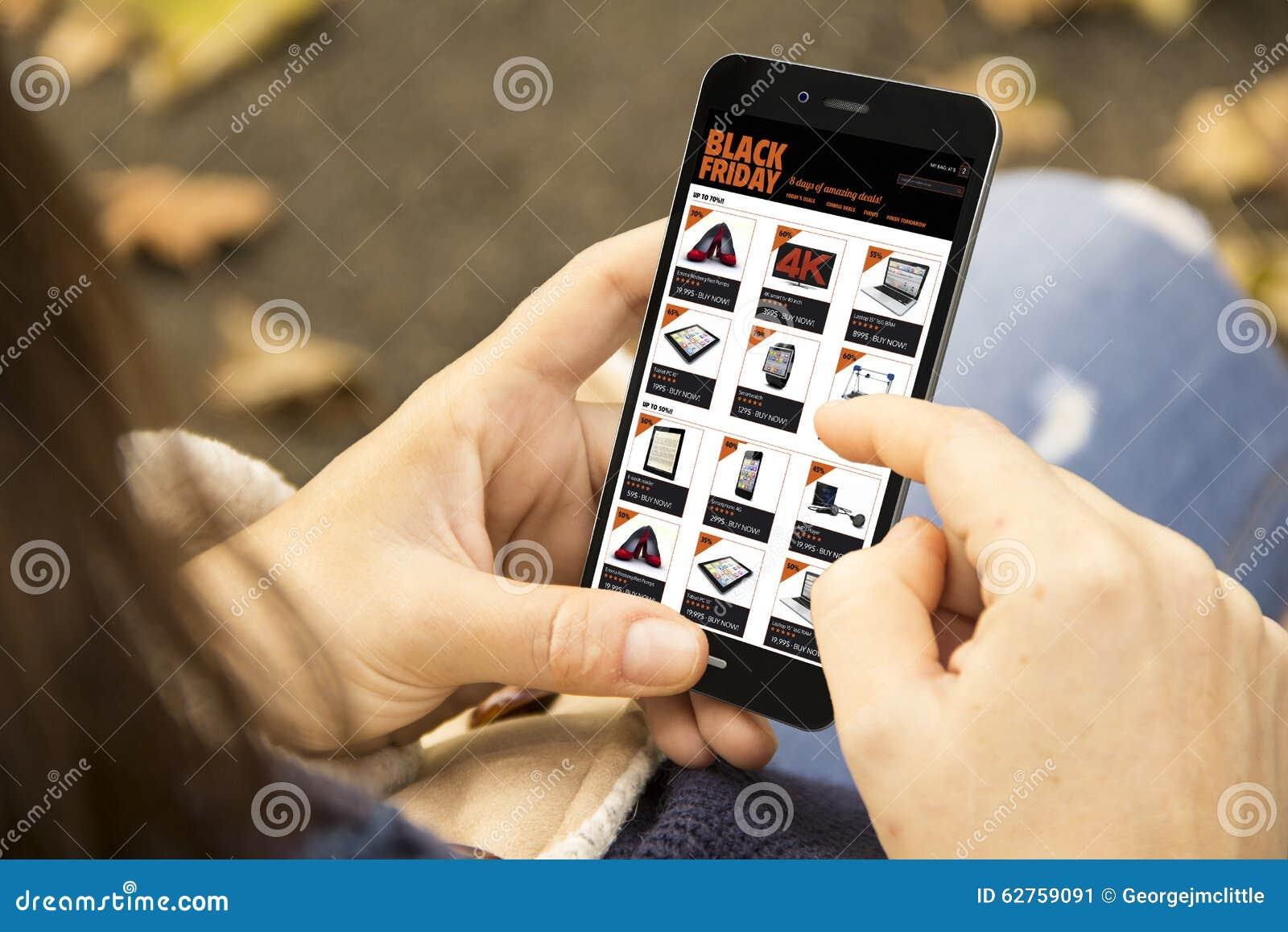 Femme avec le téléphone noir de vendredi en parc