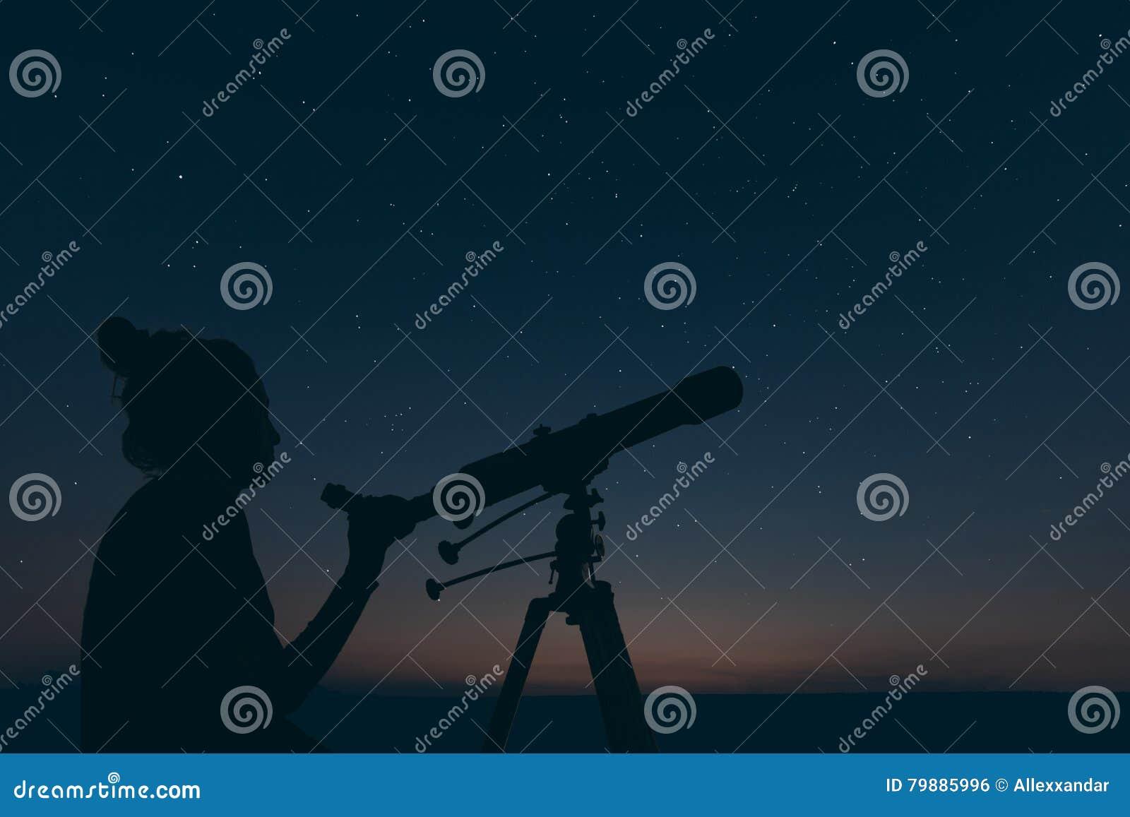 Femme avec le télescope astronomique Constellations de nuit étoilée,