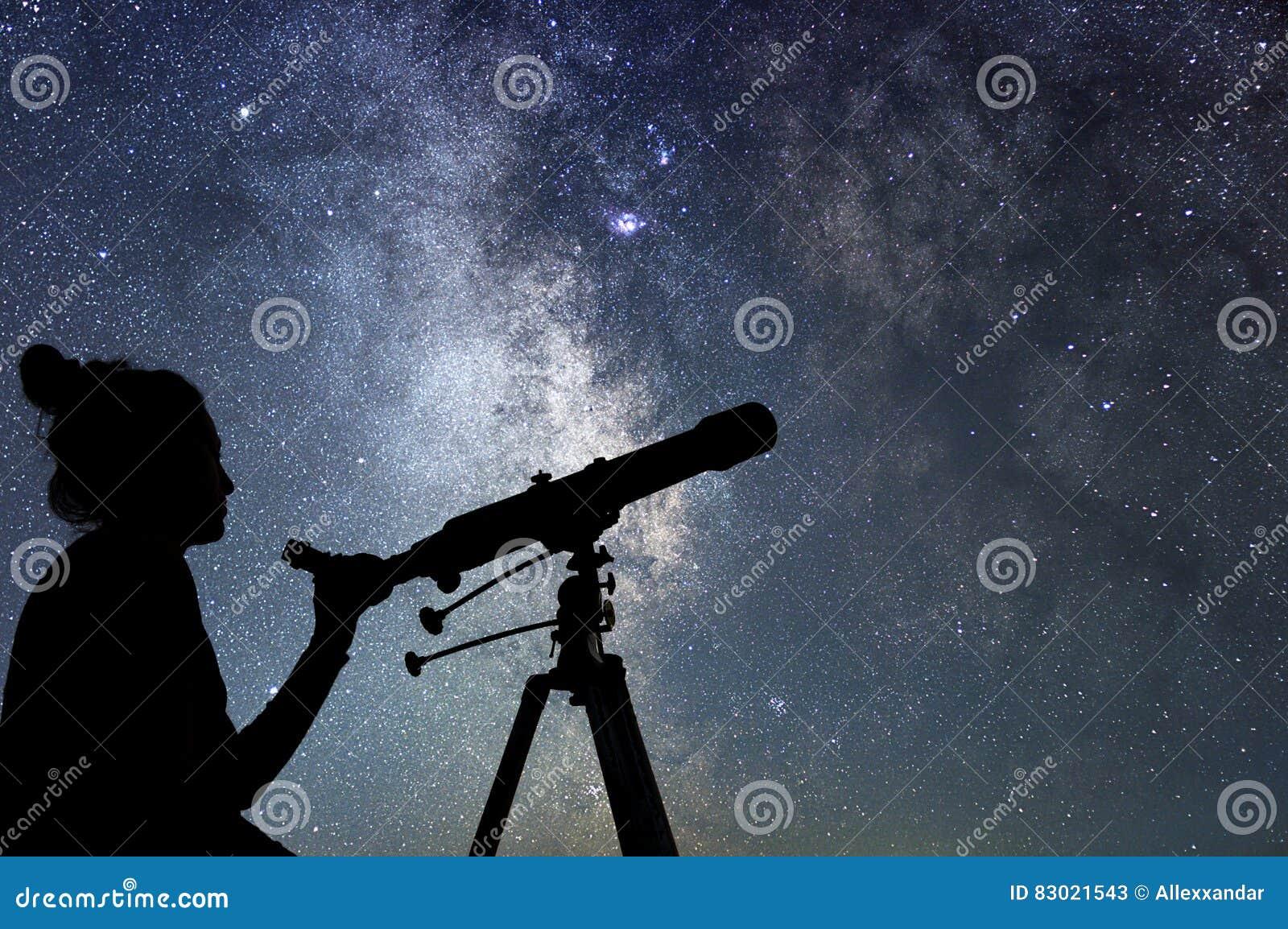 Femme avec le télescope observant les étoiles Femme d observation des étoiles et Ni