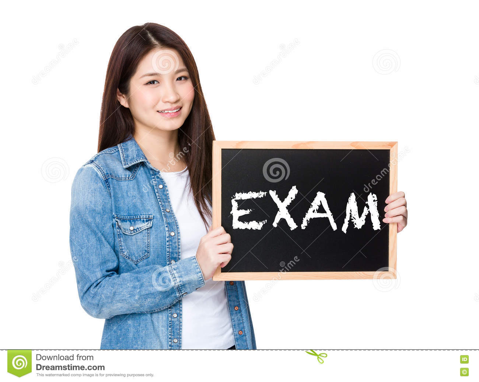 Femme avec le tableau montrant un examen de mot