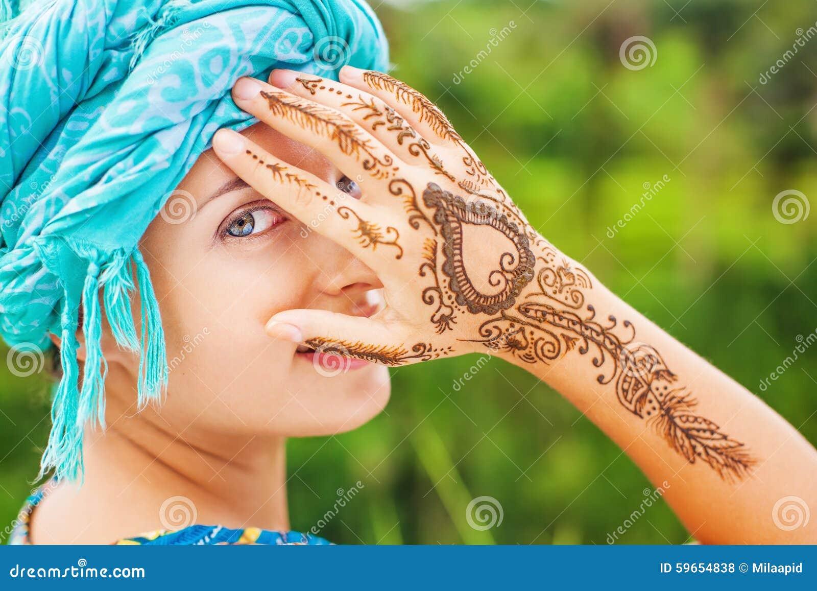 Femme Avec Le Tatouage De Henne Photo Stock Image Du Indien