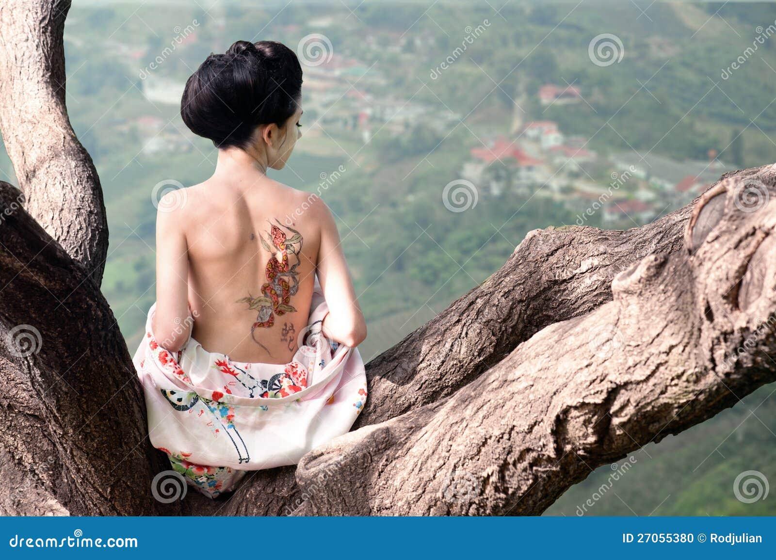 Femme Avec Le Tatouage De Serpent Sur Elle En Arriere Initial Photo