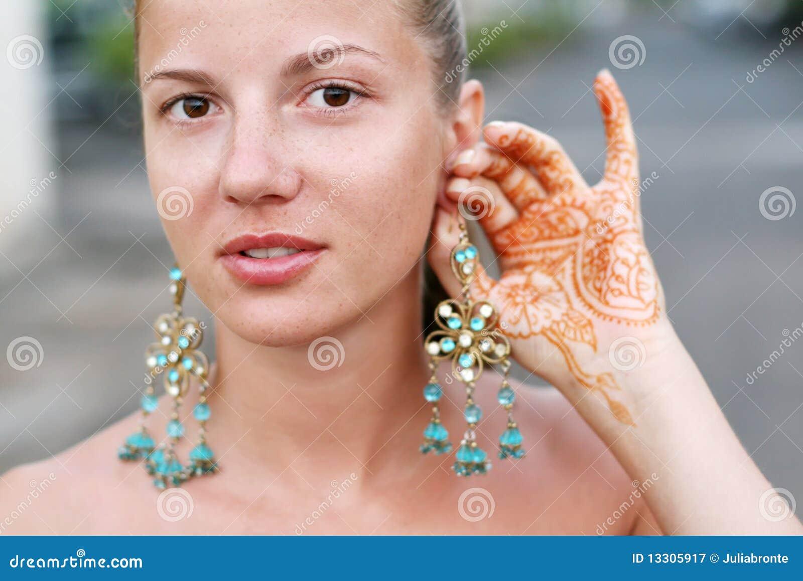 Tatouage Oreille Femme tout femme avec le tatouage et la boucle d'oreille de henné image stock