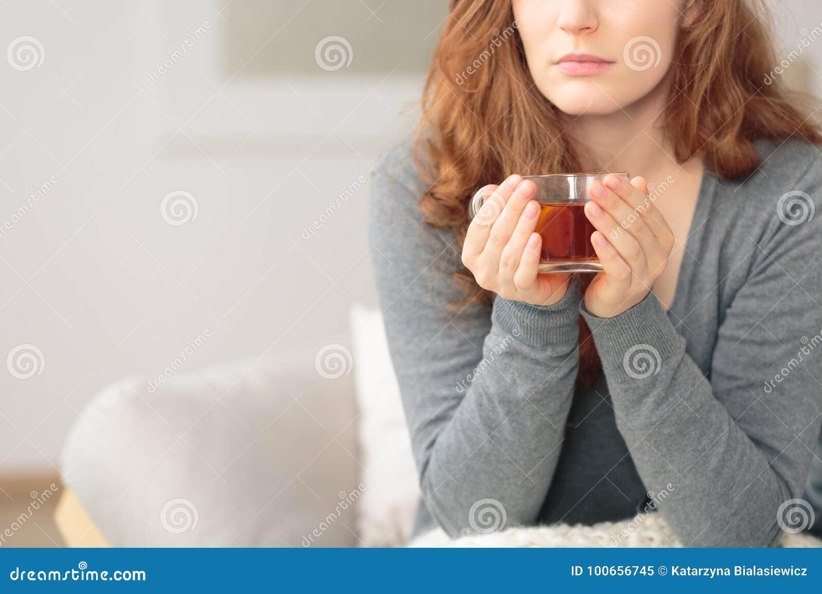 Femme avec le thé chaud de citron