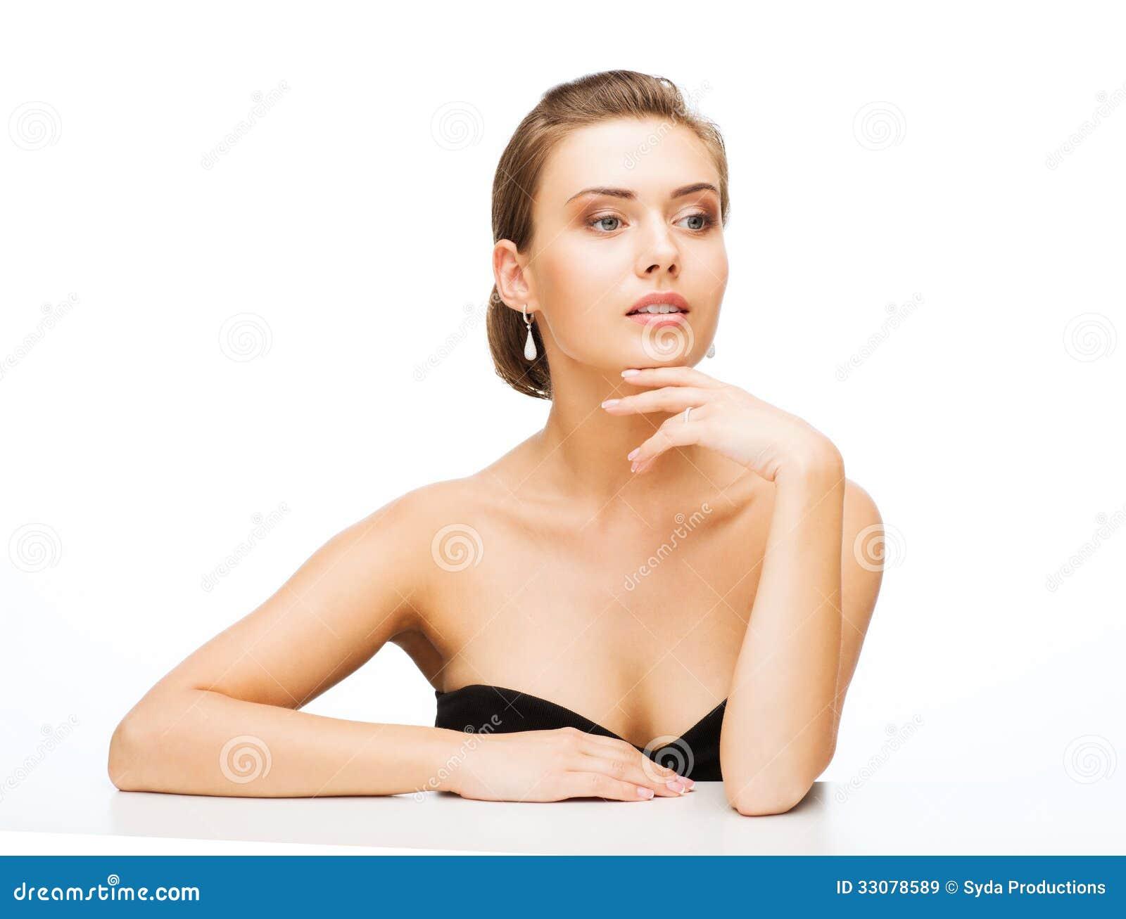 femme avec les boucles d 39 oreille et l 39 anneau de mariage images libres de droits image 33078589. Black Bedroom Furniture Sets. Home Design Ideas