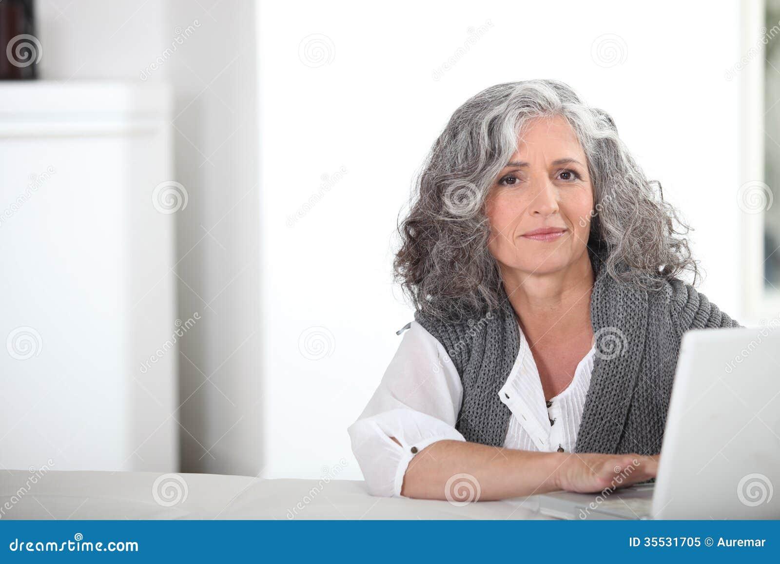 Femme avec les cheveux gris