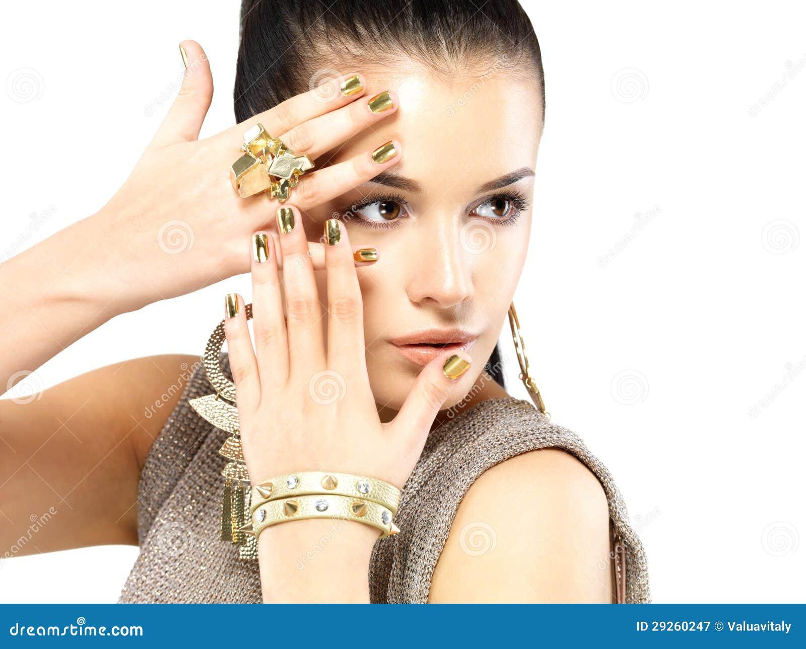 femme avec les clous d 39 or et le beau bijou d 39 or photographie stock libre de droits image 29260247. Black Bedroom Furniture Sets. Home Design Ideas